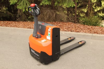 BT LWE 140 powered pallet truck